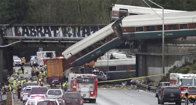 Mỹ: Tàu cao tốc trật đường ray, lao thẳng xuống đường khiến ít nhất 6 người thiệt mạng - Ảnh 2.