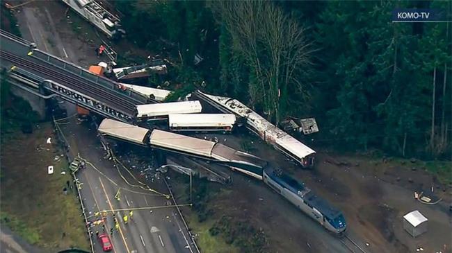 Mỹ: Tàu cao tốc trật đường ray, lao thẳng xuống đường khiến ít nhất 6 người thiệt mạng - Ảnh 3.