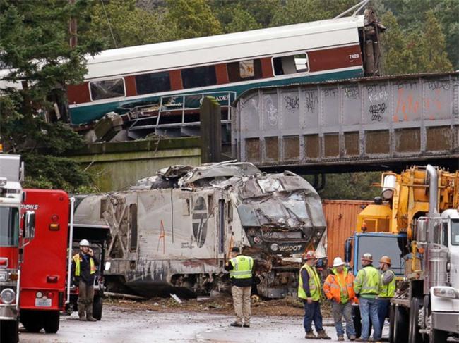 Mỹ: Tàu cao tốc trật đường ray, lao thẳng xuống đường khiến ít nhất 6 người thiệt mạng - Ảnh 4.