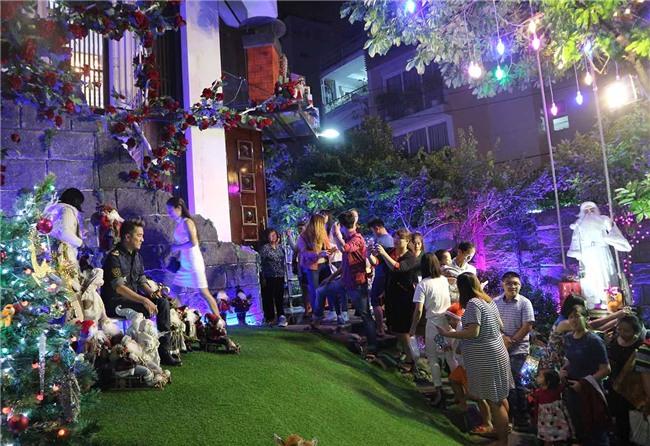 Hàng trăm người chen lấn chụp ảnh Noel tại biệt thự 3 triệu USD của Đàm Vĩnh Hưng - 10