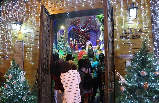 Hàng trăm người chen lấn chụp ảnh Noel tại biệt thự 3 triệu USD của Đàm Vĩnh Hưng - 12