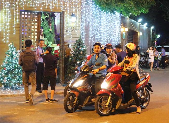 Hàng trăm người chen lấn chụp ảnh Noel tại biệt thự 3 triệu USD của Đàm Vĩnh Hưng - 2