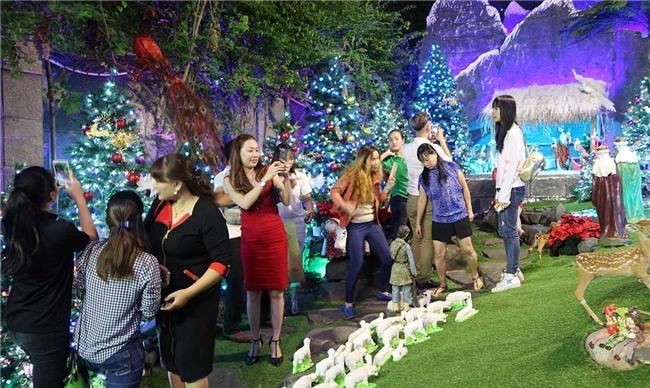 Hàng trăm người chen lấn chụp ảnh Noel tại biệt thự 3 triệu USD của Đàm Vĩnh Hưng - 6