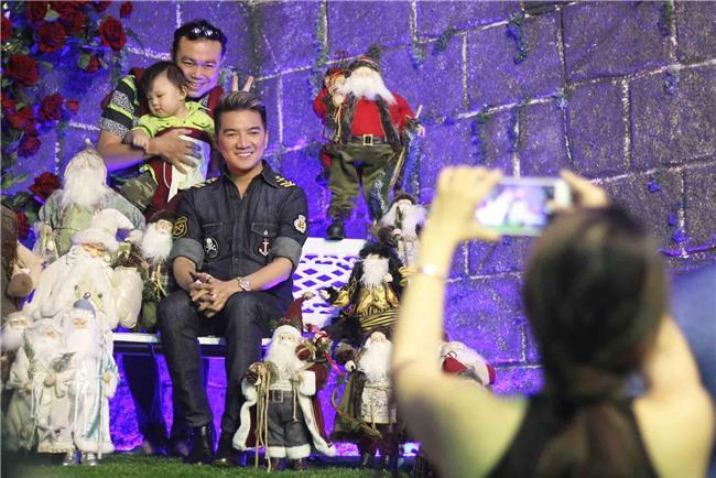 Hàng trăm người chen lấn chụp ảnh Noel tại biệt thự 3 triệu USD của Đàm Vĩnh Hưng - 8