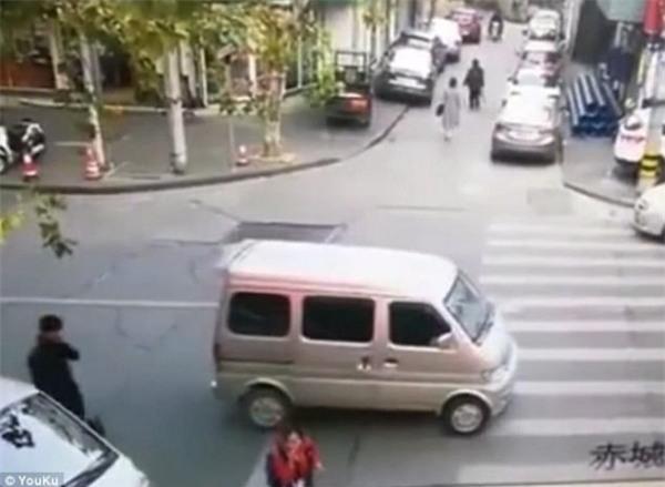 Cô bé bị bắt cóc trên phố giữa ban ngày: Các phụ huynh cảnh giác thủ đoạn tinh vi này - Ảnh 1.