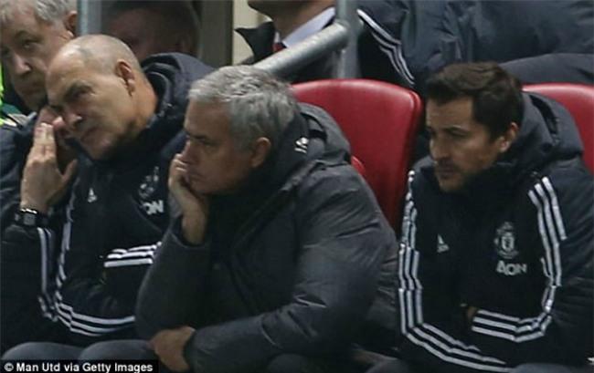 """MU thua sốc """"đội tí hon"""", Mourinho 4 lần nói từ """"may mắn"""" - 2"""
