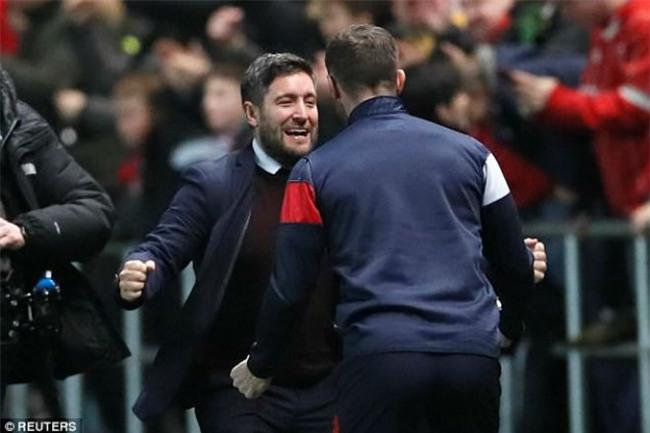 """MU thua sốc """"đội tí hon"""", Mourinho 4 lần nói từ """"may mắn"""" - 3"""