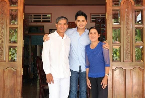 Minh Luân là con trai duy nhất trong nhà, còn lại là 3 chị gái. Sau giờ làm việc bận rộn, anh thường về quê nhà để sum họp với ba mẹ. - Tin sao Viet - Tin tuc sao Viet - Scandal sao Viet - Tin tuc cua Sao - Tin cua Sao