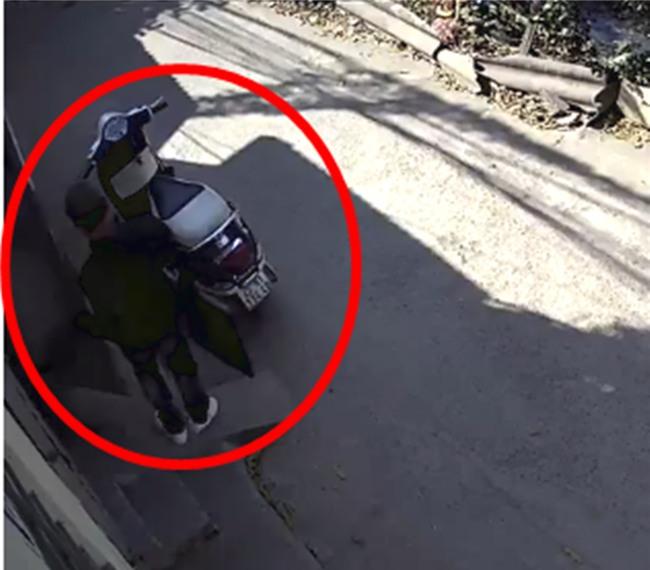 Clip: Đạo chích phá khóa, thản nhiên vào nhà bê trộm laptop, tivi giữa ban ngày ở Hà Nội - Ảnh 2.
