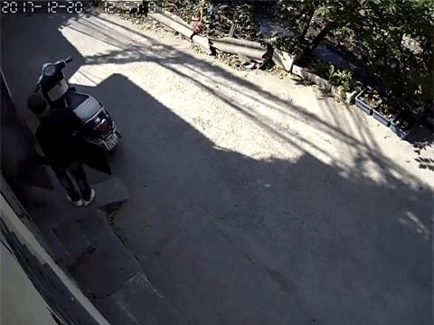 Clip: Đạo chích phá khóa, thản nhiên vào nhà bê trộm laptop, tivi giữa ban ngày ở Hà Nội - Ảnh 3.