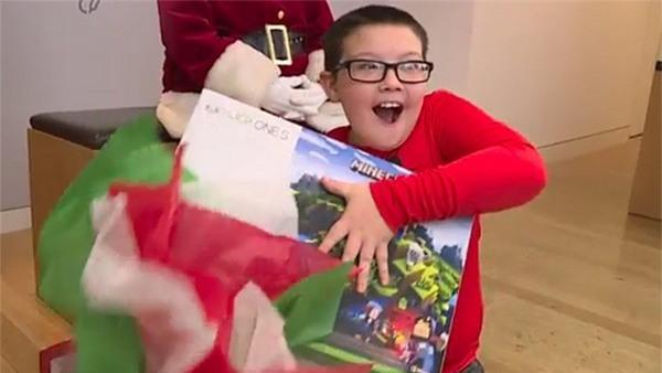 Cậu bé Mikah Frye mừng rỡ trước món quà bất ngờ mà Microsoft dành tặng cho mình sau khi có hành động nghĩa hiệp với mọi người
