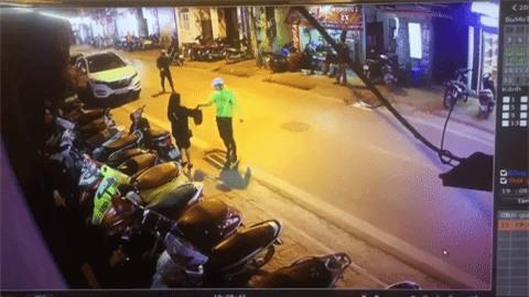 Clip gây phẫn nộ: Đang đứng chờ nhận đồ, cô gái Hà Nội bất ngờ bị 2 thanh niên giả làm shipper đấm đá dã man - Ảnh 3.