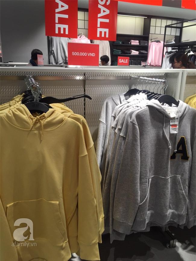 H&M sale 50% nhưng tìm được đồ để mua thì... hơi khó - Ảnh 10.