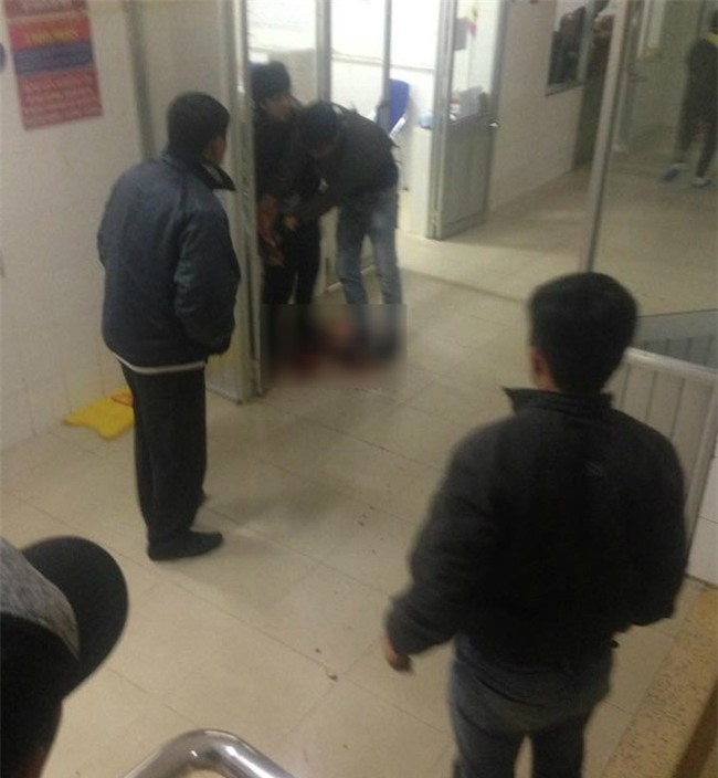 Mâu thuẫn trong lúc thăm bệnh, nam thanh niên dùng dao đâm hàng xóm trọng thương ngay tại phòng cấp cứu - Ảnh 1.