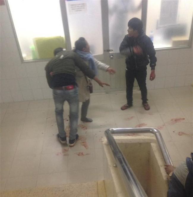 Mâu thuẫn trong lúc thăm bệnh, nam thanh niên dùng dao đâm hàng xóm trọng thương ngay tại phòng cấp cứu - Ảnh 2.