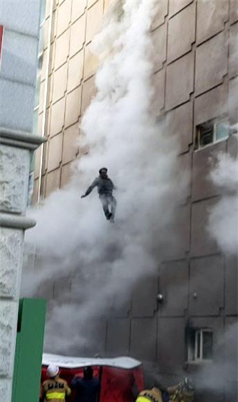 Cập nhật những hình ảnh kinh hoàng từ vụ cháy tại Hàn Quốc: 29 người chết, hàng chục người bị thương - Ảnh 7.