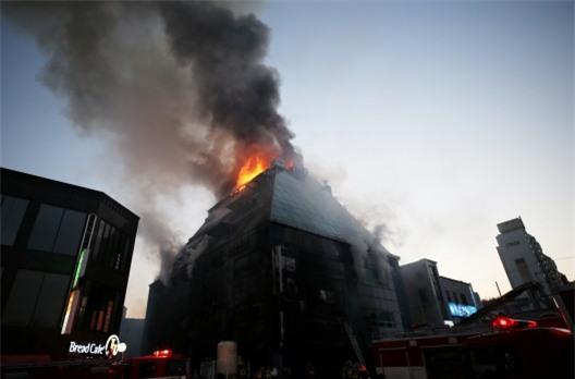 Cập nhật những hình ảnh kinh hoàng từ vụ cháy tại Hàn Quốc: 29 người chết, hàng chục người bị thương - Ảnh 9.