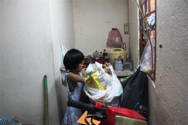 Bố bỏ đi theo vợ nhỏ, bé gái 7 tuổi nghỉ học ở nhà lấy sữa lon pha loãng cho em 2 tháng uống vì không có tiền - Ảnh 4.