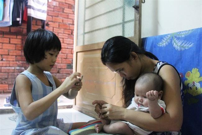 Bố bỏ đi theo vợ nhỏ, bé gái 7 tuổi nghỉ học ở nhà lấy sữa lon pha loãng cho em 2 tháng uống vì không có tiền - Ảnh 8.