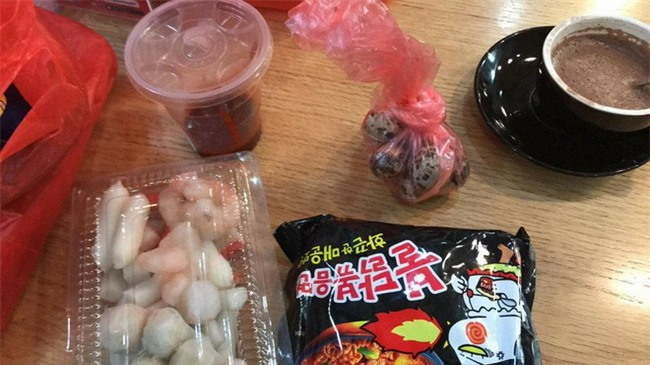 Háo hức mua online lẩu tokbokki Hàn Quốc, mẹ trẻ chưng hửng nhận về hộp đồ lèo tèo kèm 3 muỗng nước sốt - Ảnh 3.