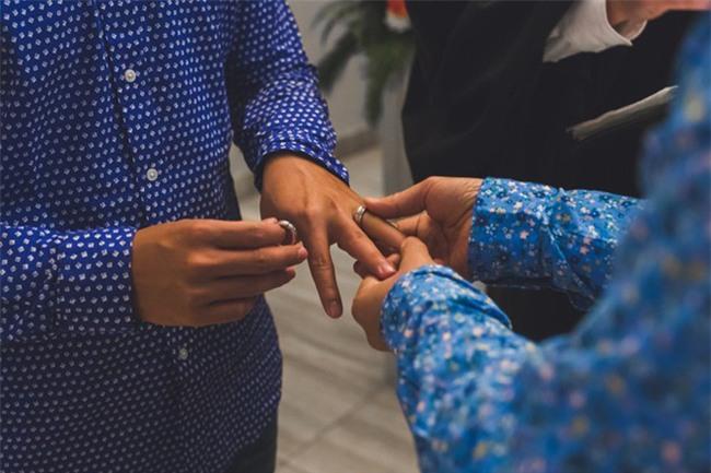 John Huy Trần ngọt ngào hôn bạn trai trong lễ thành hôn ở Canada - Ảnh 2.