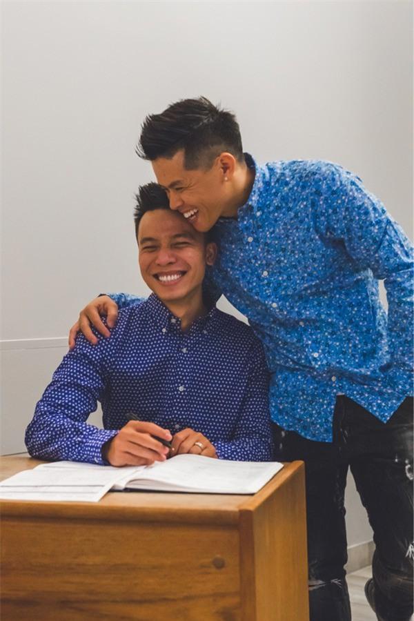 John Huy Trần ngọt ngào hôn bạn trai trong lễ thành hôn ở Canada - Ảnh 4.