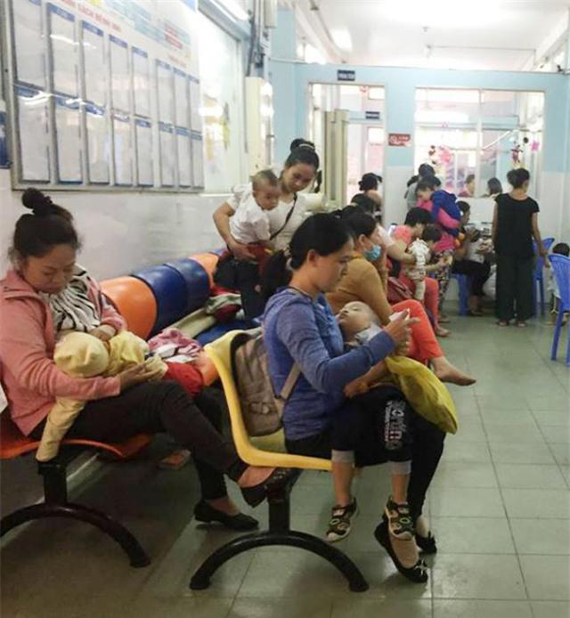 Từ sáng sớm, phụ huynh đưa con đến Bệnh viện nhi đồng 1 và 2 khám bệnh rất đông