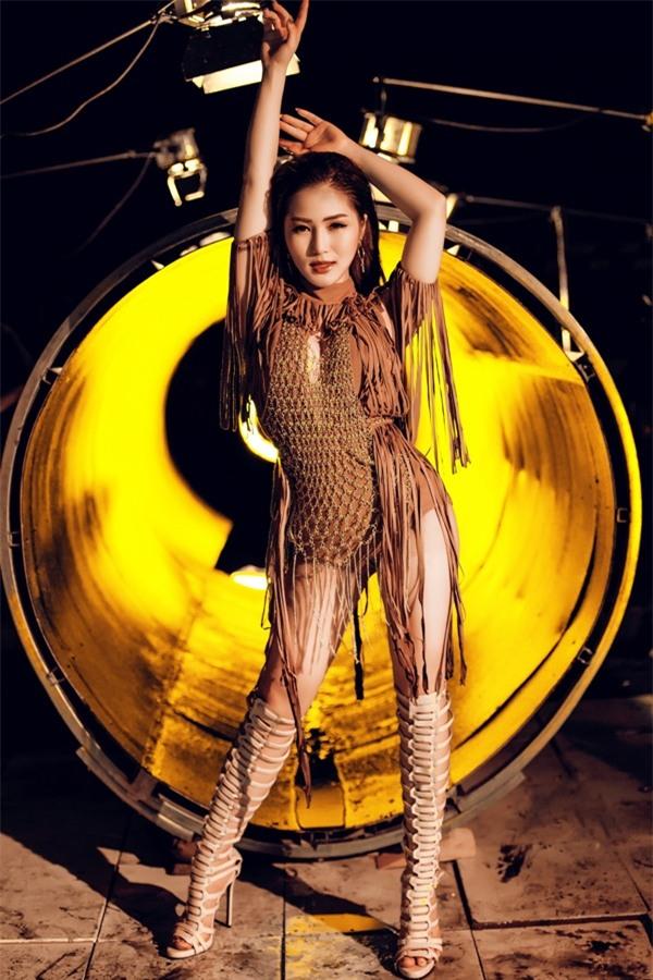 Cũng sexy hết nấc, Hương Tràm cố tình chặt chém Chi Pu khi ra mắt MV sau một ngày?-7