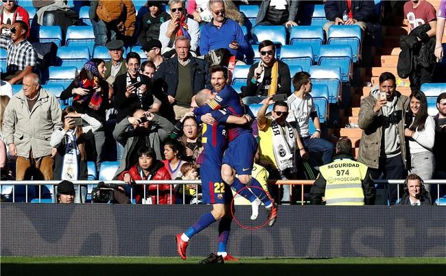 Messi tuột giày vẫn kiến tạo đẳng cấp cho đồng đội ghi bàn - Ảnh 3.