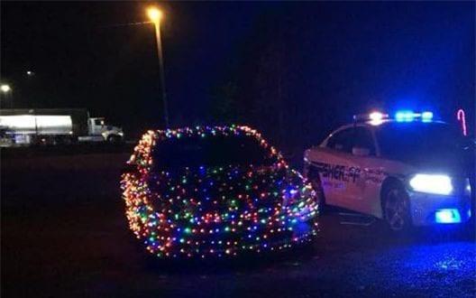 Độ ô-tô với 1000 chiếc đèn Giáng Sinh, thanh niên chơi trội bị phạt tương đương hơn 5 triệu đồng - Ảnh 1.