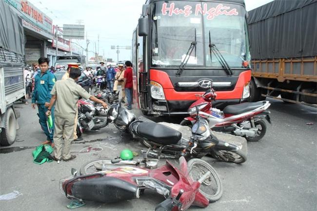 TP.HCM: Đang dừng chờ đèn đỏ, một loạt xe máy bất ngờ bị xe khách từ phía sau lao tới cuốn vào gầm - Ảnh 1.