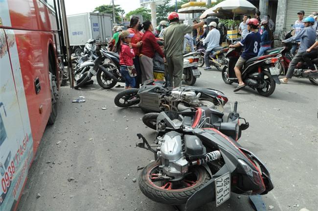 TP.HCM: Đang dừng chờ đèn đỏ, một loạt xe máy bất ngờ bị xe khách từ phía sau lao tới cuốn vào gầm - Ảnh 2.