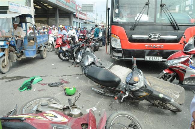TP.HCM: Đang dừng chờ đèn đỏ, một loạt xe máy bất ngờ bị xe khách từ phía sau lao tới cuốn vào gầm - Ảnh 3.