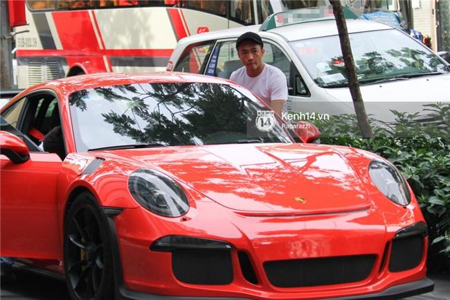 Diện đồ ton sur ton, Cường Đô la - Đàm Thu Trang và Subeo nổi bật với siêu xe trên phố - Ảnh 5.