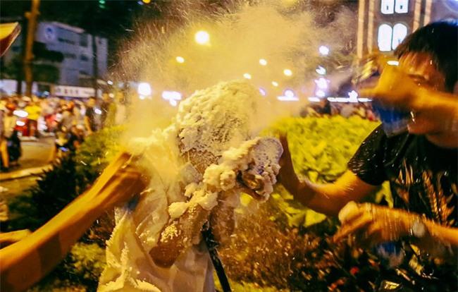 Clip: Cô gái bị phun tuyết kín mặt, suýt ngạt thở trong đêm Noel ở Sài Gòn - Ảnh 2.