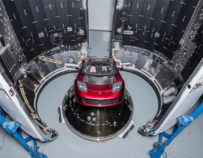 Elon Musk khoe anh chiec Tesla Roadster se dua len sao Hoa hinh anh 1