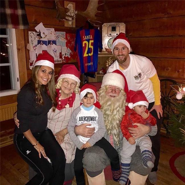 Messi và Ronaldo đón Giáng sinh ấm áp bên gia đình sau El Clasico - Ảnh 1.