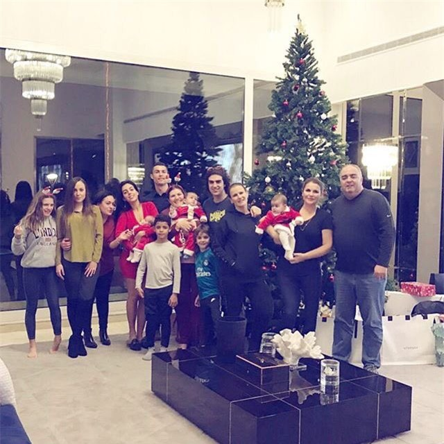 Messi và Ronaldo đón Giáng sinh ấm áp bên gia đình sau El Clasico - Ảnh 2.