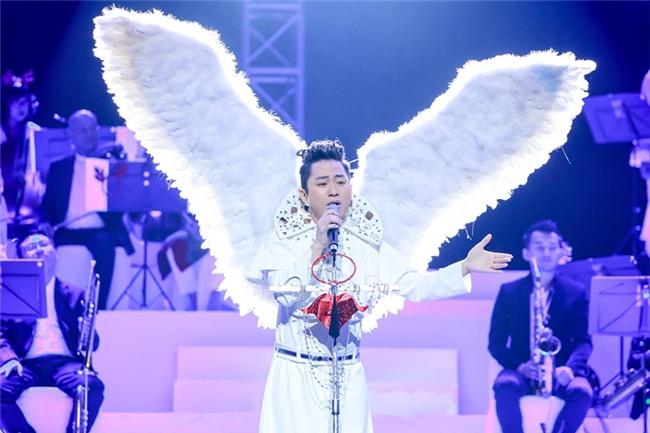 Tùng Dương đeo cánh thiên thần thể hiện Hai mùa Noel đáp trả nghi vấn không biết hát Bolero-1