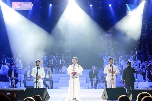 Tùng Dương đeo cánh thiên thần thể hiện Hai mùa Noel đáp trả nghi vấn không biết hát Bolero-11