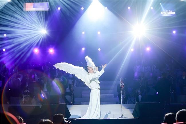 Tùng Dương đeo cánh thiên thần thể hiện Hai mùa Noel đáp trả nghi vấn không biết hát Bolero-2