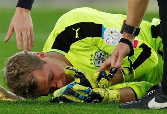 Đạp vỡ mũi đối thủ, sao Southampton bị cấm 3 trận - Ảnh 2.