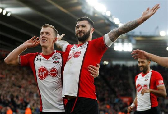 Đạp vỡ mũi đối thủ, sao Southampton bị cấm 3 trận - Ảnh 4.
