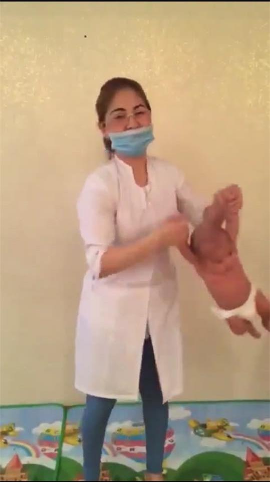 """Đứng tim xem cách người nước ngoài tập thể dục cho trẻ sơ sinh không khác gì """"bạo hành"""" - Ảnh 3."""