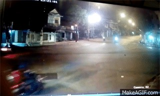 Bình Dương: Hai xe máy đi song song vượt đèn đỏ gây tai nạn liên hoàn - Ảnh 2.