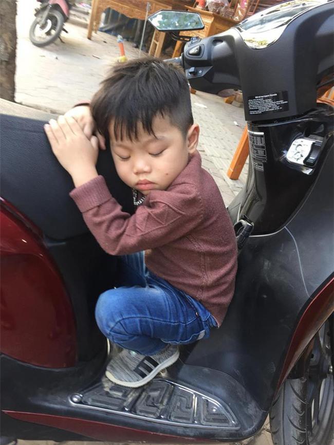 Phì cười với cậu bé vì lo giữ của mà ngủ quên trên xe lúc nào không hay - Ảnh 2.