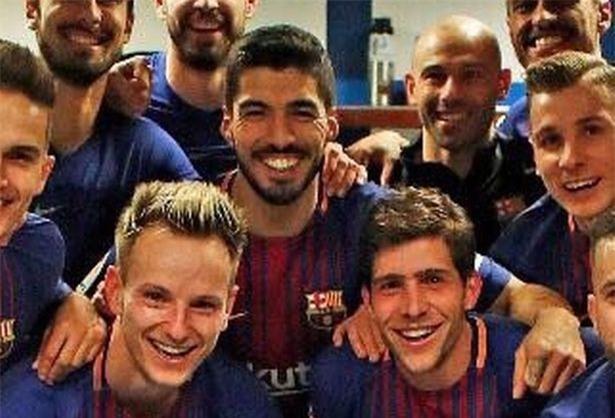 5 phát hiện từ bức ảnh ăn mừng của cầu thủ Barca ở El Clasico - Ảnh 2.