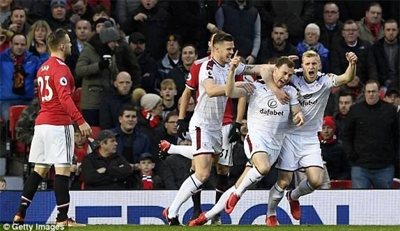 Man Utd thoát thua muối mặt nhờ cú đúp của Lingard - Ảnh 3.