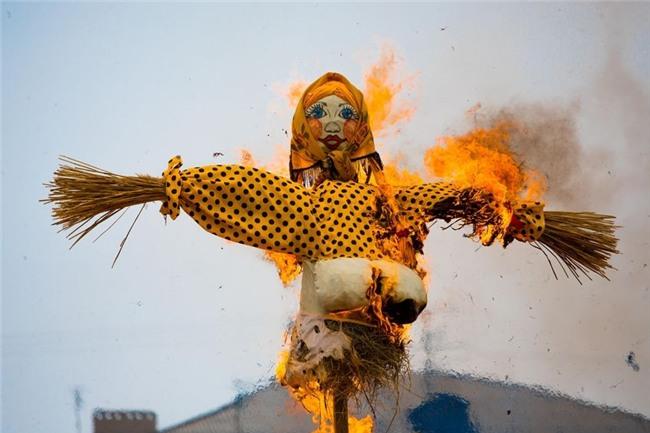 Phong tục đón Tết độc đáo nhất thế giới: Cầu duyên bằng cành tầm gửi, gọi hồn vào đêm Giao thừa-6