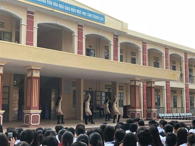 Trường học bị chỉ trích vì diễn văn nghệ phản cảm như vũ trường - Ảnh 2.